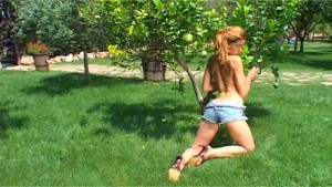 Axelle naked in the park