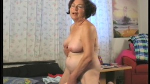 Horny housewife humps the gardener 3/6