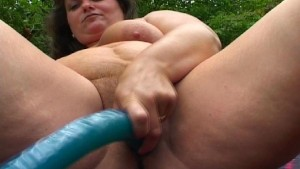 Chunky MILF and her mature bushy cunt meet big blue dildo