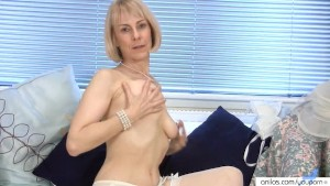Granny housewife fucks a cucumber
