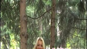 Pole Dance in a public parc in daylight!