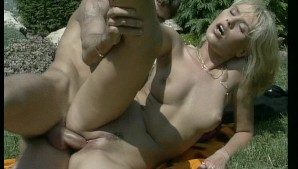She loves the kinky life when she is outdoors (CLIP)