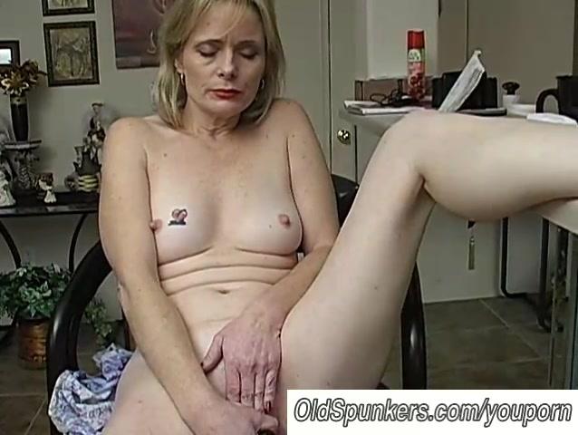 Mature amateur has an orgasm