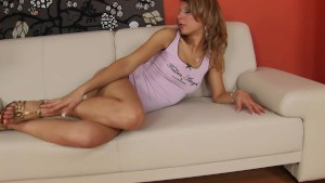 Kristi sticks a dildo in her snatch