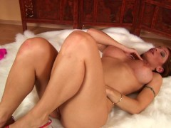 Solo hottie Amber masturbating
