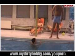 Geile Spermaspiele mit 3 Männern im Schwimmbad
