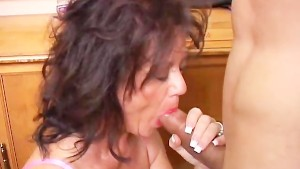 Gorgeous mature babe gives a blowjob lesson