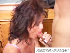 Gorgeous mature babe gives a blowjob ...