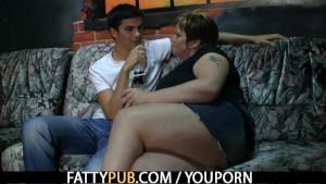 He screws fat chick in the pub