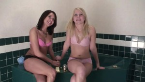 College Cuties prepare for a bath together - DreamGirls