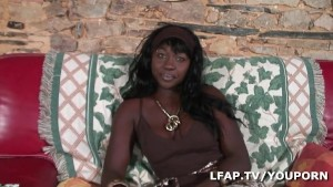 Belle black aux gros seins fan du sexe anal