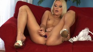 Kitty playing with her pussy - Playvision