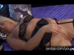 Picture Horny Milf Elise Summers takes off her slutt...