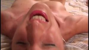 MILF poilue se fait sodomiser sur le lit conjugal