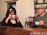 La Bonne Soeur se fait sodomiser en sucant Papy