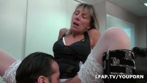 Mature libertine se fait defoncer le cul au bureau