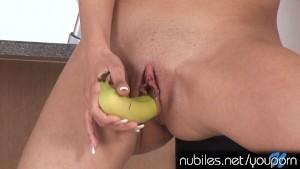 Novinha safada se masturbando com uma banana