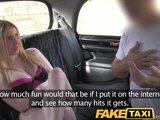 Rubia escocesa con un cuerpazo follando en un taxi