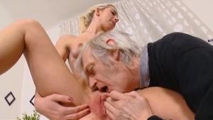 Nonno voglioso di incularsi una giovane ragazza anale