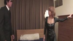 Donna asiatica con stivali neri e figa pelosa