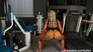 Muscular blonde babe Megan Avalon workout