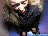 Sexy rubia folla en un lugar público