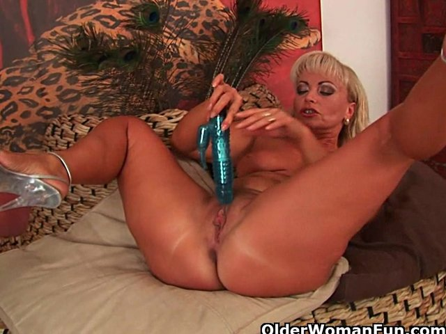 Mature blonde dildo