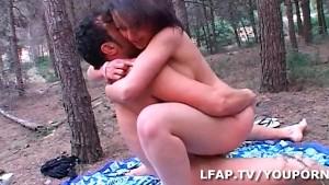 Jeune brunette defoncee dans les bois
