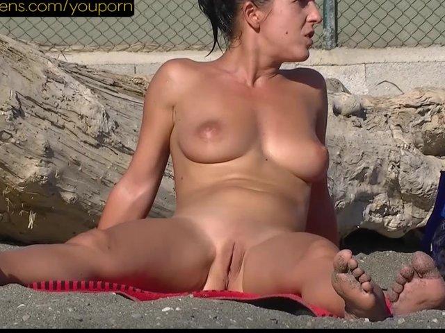 телки на пляже порно видео