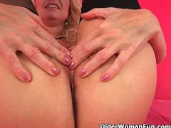 Over 50 mom probes herself with a big dildo