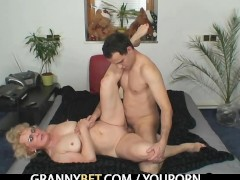 Naughty grandma gives up her old hole
