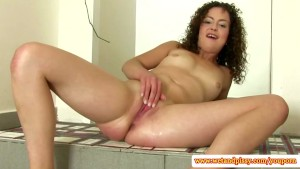 Piss fetish babe plays with a clit pump