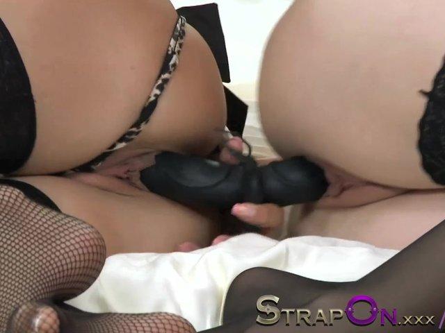 Comparten un dildo por sus hoyos dos sensuales zorras lesbianas en lenceria