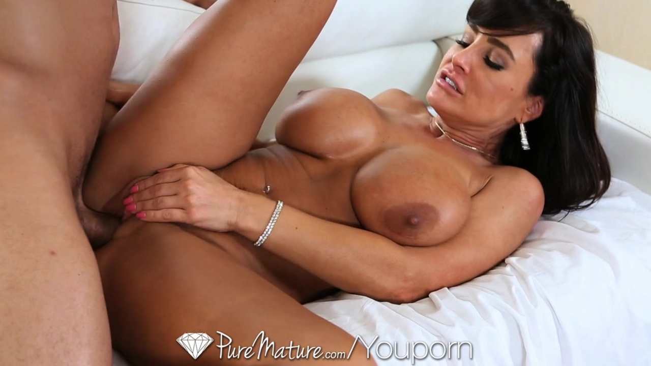 Super Hot milf Lisa Ann seduces poolboy