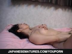 Hairy mature, Yukari Mizuno, shows off on cam