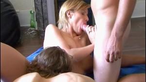 Les 5 a 7 de cette mature blonde avec 2 petits jeunes ! French amateur