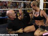 Dandole su merecido a una sexy tatuada