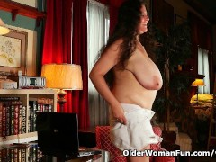 Picture BBW milf Denise Davies gives her puffy pussy...