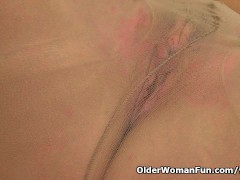 Picture British milf Raven works her nyloned pussy