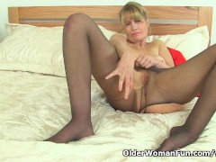 Picture British milf Ila Jane can t resist her pussy