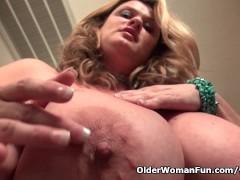 Picture BBW milf Kimmie KaBoom rubs her throbbing cl...