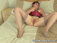 Picture UK milf Zanderlee stuffs her cunt with dildo
