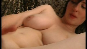 Sexy MILF shaves her snatch then fucks it with a dildo (clip)