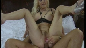 Blonde is here to entertain her partner (CLIP)