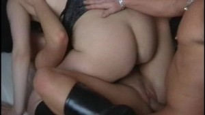 Ladies going back and forth while doing a threesome (CLIP)