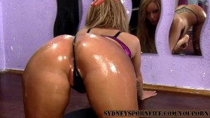 AMAZING SEXY OILED ASS GETS FU