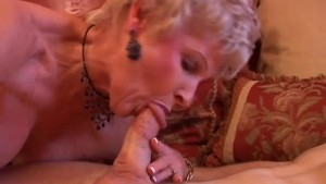 Gorgeous cougar sucks cock and