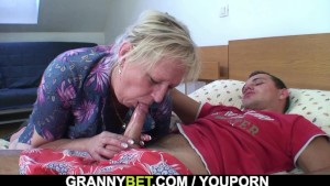 Granny gets banged by an young pickuper