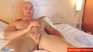 Alexis a real str8 guys gets shaked his big balls by a guy !