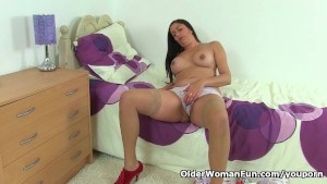 British milf Leia is toying her creamy pussy